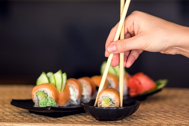 Cuisine traditionnelle japonaise nommée sushi ou rouler avec du saumon et du riz.