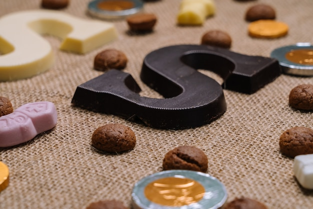 Cuisine traditionnelle pour les vacances néerlandaises sinterklaas. lettre au chocolat, bonbons caressés