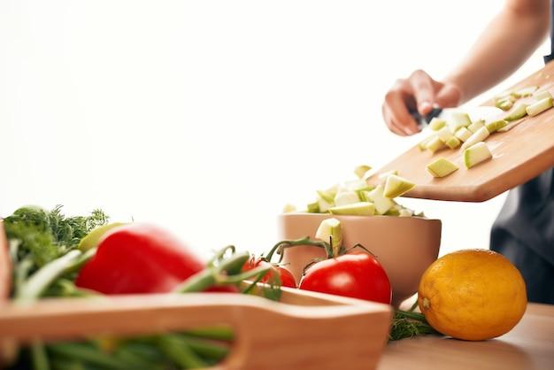 Cuisine trancher les légumes ingrédients de cuisson en gros plans