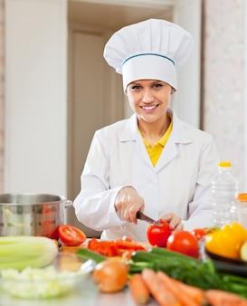 Cuisine travaille avec des légumes à la cuisine