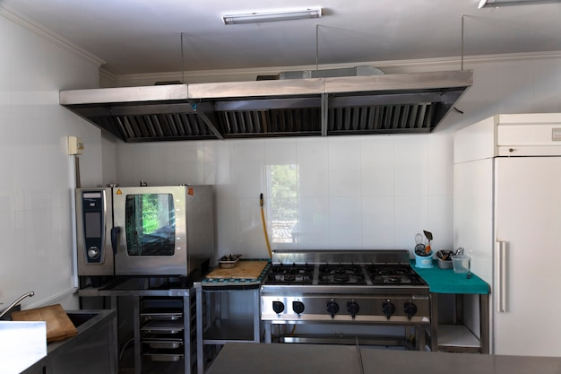 Cuisine vide professionnelle, table, cuisinière, café, bar, restaurant.