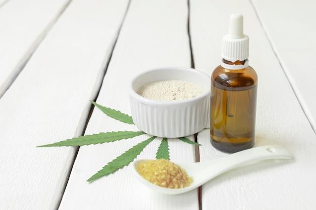 Cuisiner avec le concept de cannabis produits infusés de mauvaises herbes thc huile farine de marijuana sucre sur fond blanc ...