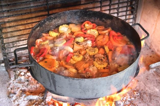 Cuisiner sur les disques de labourer la terre cuisine typique de la pampa argentine