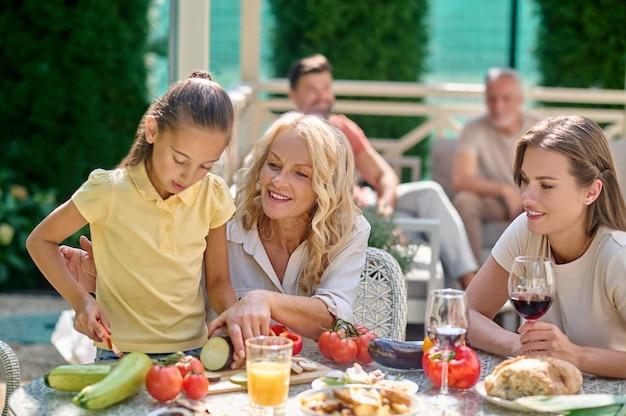 Cuisiner ensemble. femmes coupant des légumes pour le restaurant et semblant impliquées