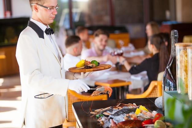 Cuisiner des fruits de mer dans un restaurant.