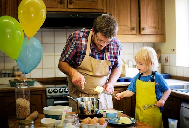 Cuisiner maison fils vacances concept