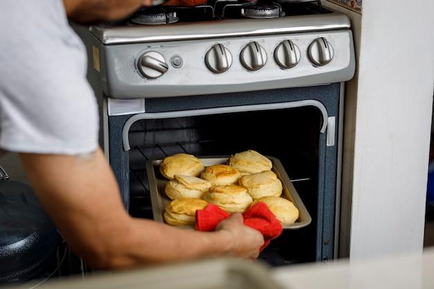 Cuisiner à la maison sortir du four un plateau de biscuits fraîchement cuits