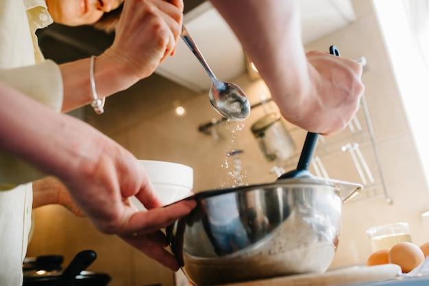 Cuisiner le petit déjeuner dans la cuisine