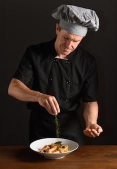 Cuisiner en préparant un repas
