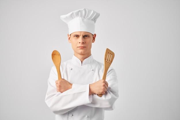 Cuisiner avec des ustensiles de cuisine travail professionnel dans un restaurant. photo de haute qualité