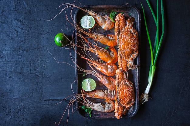 Cuisinez des fruits de mer avec des crevettes et du crabe sur la table.