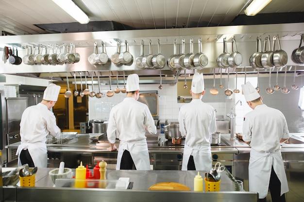 Cuisinier cuisine dans un restaurant.