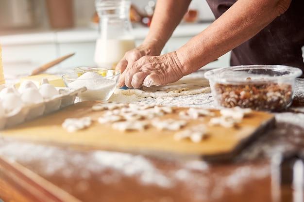 Cuisinier expérimenté façonnant la pâte pour les biscuits