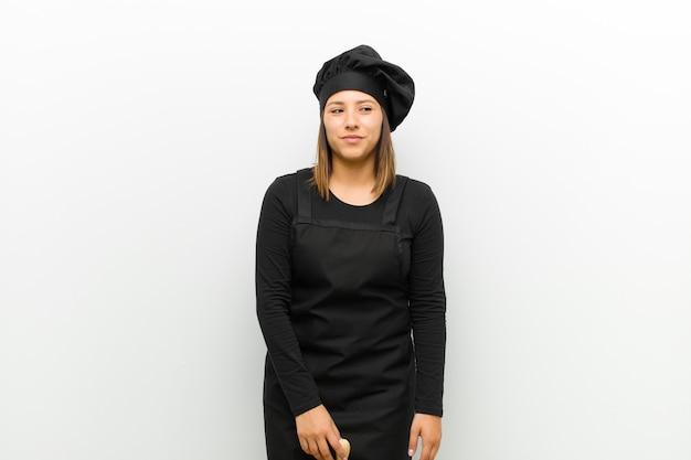 Cuisinier femme à la recherche dingue et drôle avec une expression idiote aux yeux croisés, plaisantant et batifolant blanc