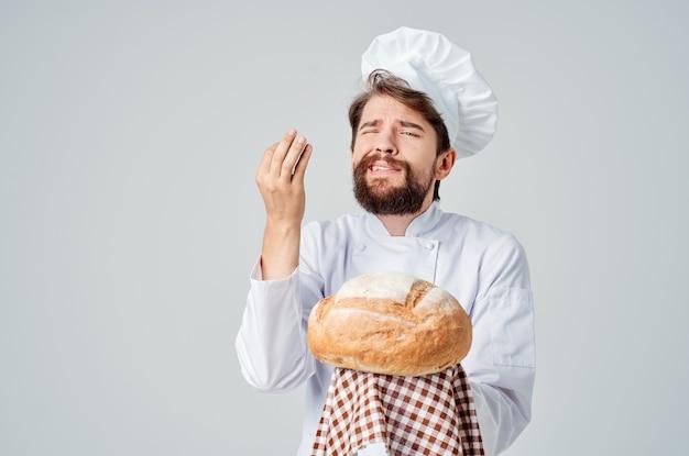 Cuisinier masculin avec du pain à la main émotions professionnelles