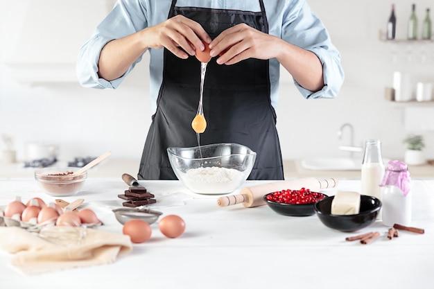 Un cuisinier avec des œufs sur une cuisine rustique dans le contexte des mains des hommes