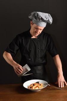 Cuisinier préparant des plats, des pâtes