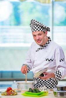 Cuisinier préparant un repas dans la cuisine