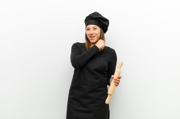 Cuisinier se sentant heureuse, positive et réussie, motivée pour relever un défi ou célébrer de bons résultats contre le blanc