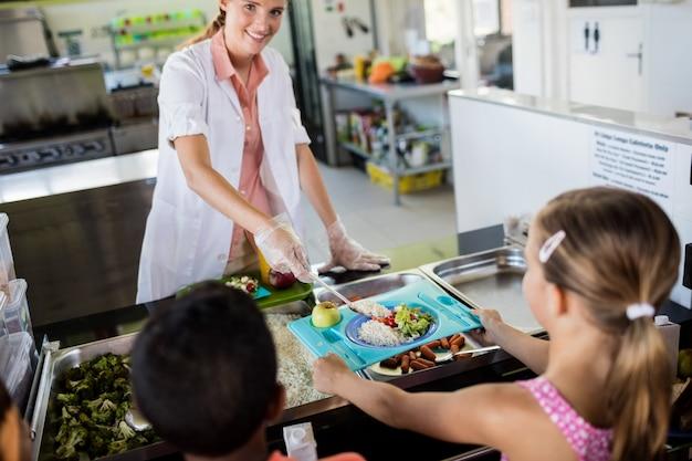 Cuisinière au service des enfants