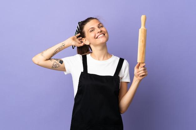 Cuisinière femme slovaque isolé sur fond violet en riant