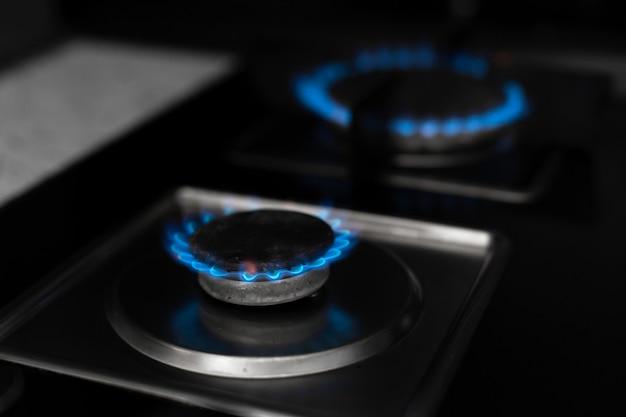 Cuisinière à gaz, le gaz brûle. brûleur à gaz sur dark