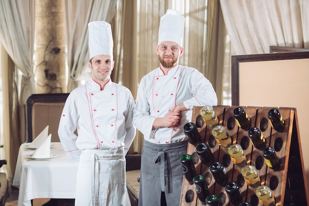 Cuisiniers dans un restaurant avec des bouteilles de vin