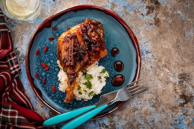 Cuisse de canard confite avec riz et baies de goji. cuisine française traditionnelle. vue d'en-haut.