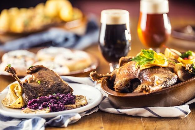 Cuisse de canard de noël rôti boulettes de chou rouge bière pression de foie et petits pains au four