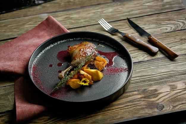Cuisse de canard rôti au potiron confit, gros plan. vue de dessus horizontale, top shot. surface, bois, clé faible