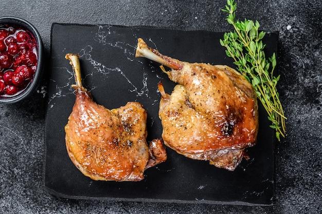 Cuisse de canard rôtie confite sauce aux canneberges