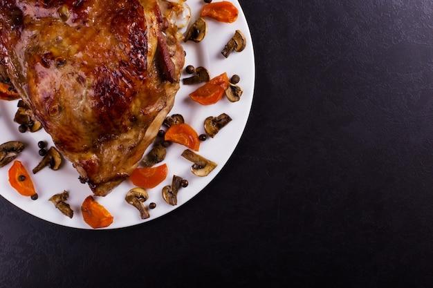 Cuisse de dinde cuite au four avec des épices sur fond de pierre noire. la nourriture saine. dîner de thanksgiving.