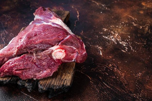 Cuisse de mouton d'agneau cru sur table de boucher