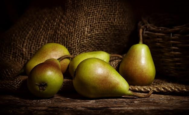 Cuisse de poires sur table en bois.