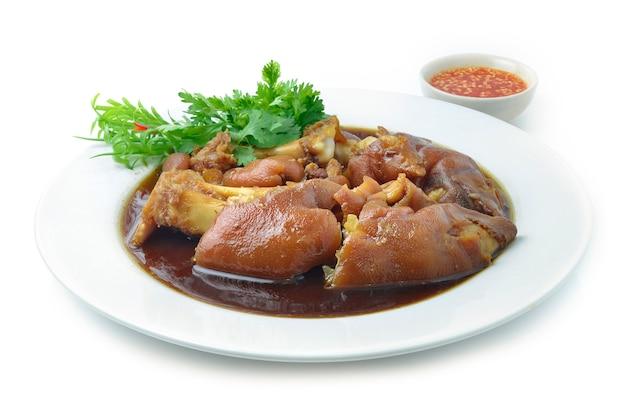 Cuisse de porc cuite dans une soupe brune sucrée cuisine asiatique