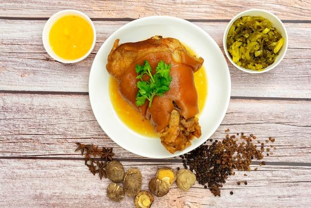 Cuisse de porc cuite à la sauce aux herbes de chine