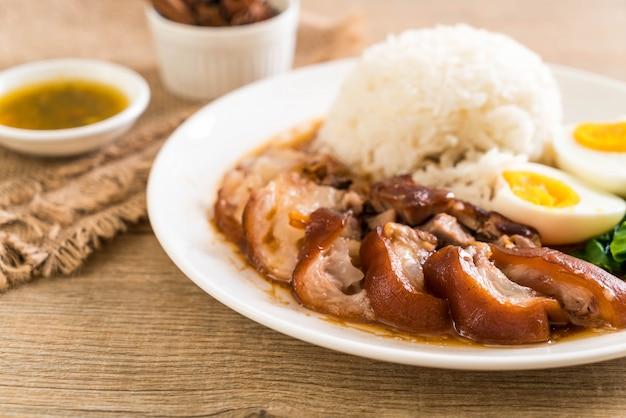 Cuisse de porc à l'étuvée avec du riz
