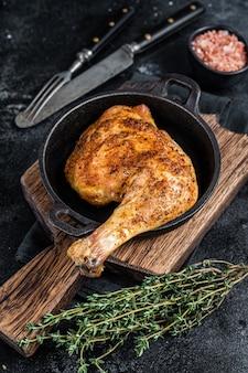 Cuisse de poulet barbecue frit dans une poêle
