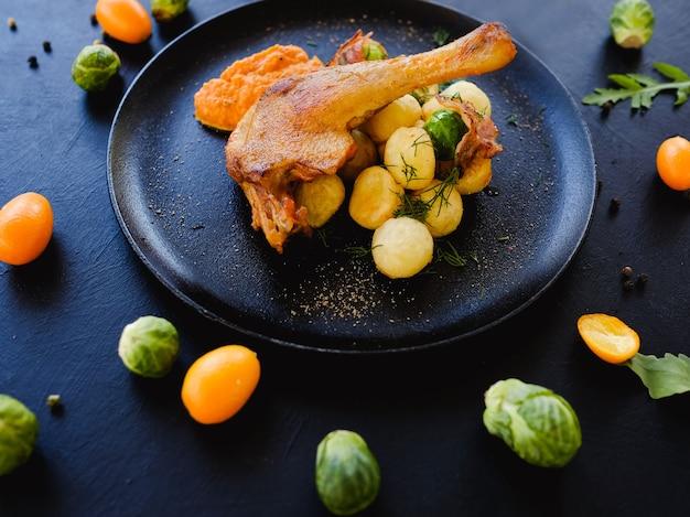 Cuisse de poulet avec concept de recette de légumes. repas délicieux et copieux. photographie culinaire