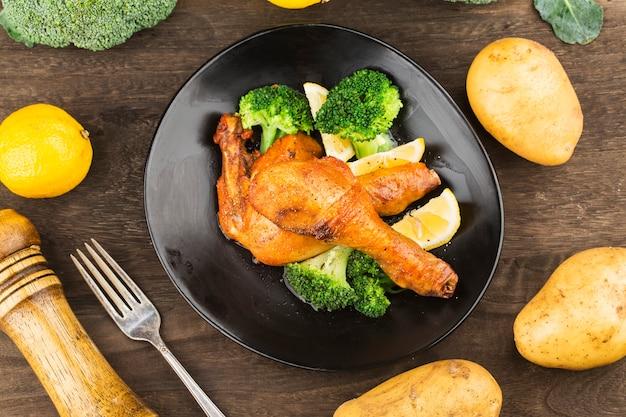 Cuisse de poulet grillée avec pommes de terre bouillies et légumes