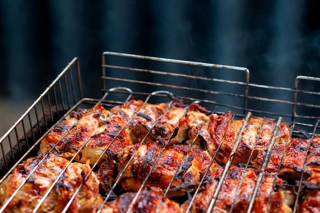 Cuisse de poulet grillée pour une fête en plein air.
