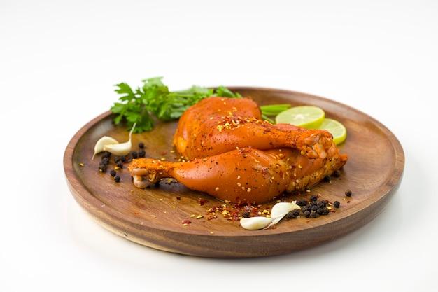 Cuisse de poulet marinée sans peau disposée dans un socle en bois