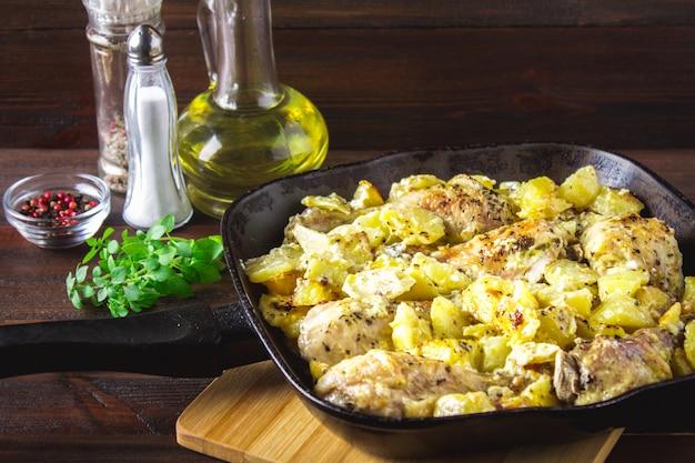 Cuisse de poulet rôti avec pommes de terre au cumin et à l'ail.