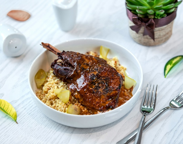 Cuisse de poulet rôti à la sauce servie sur du boulgour aux cornichons