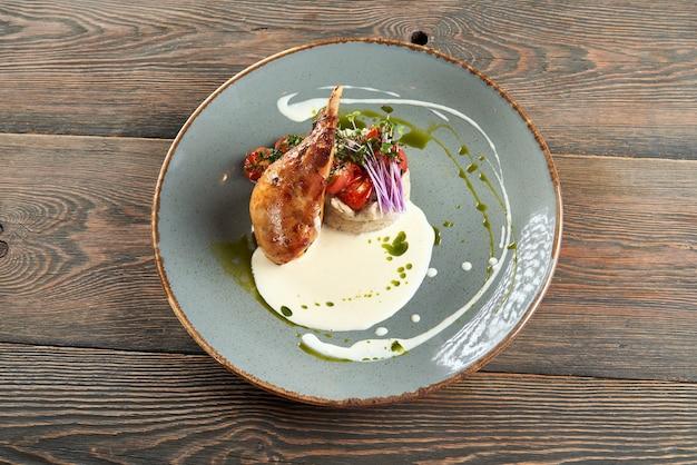 Cuisse de poulet servie avec purée de pommes de terre et crème sure