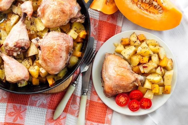 Cuisses et cuisses de poulet avec pommes de terre et citrouille