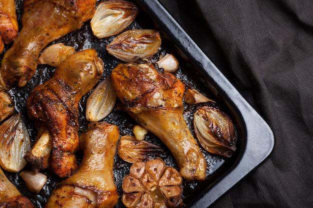 Cuisses de poulet au four avec oignons.