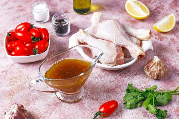 Cuisses de poulet aux épices et sel prêtes à cuire.