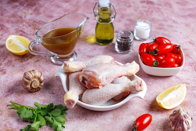 Cuisses de poulet aux épices et sel prêtes pour la cuisson.