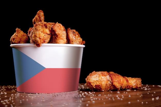 Cuisses de poulet bbq dans un seau blanc